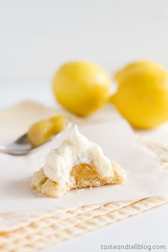 You can't beat these Lemon Marshmallow Cookies - chewy sugar cookies that are topped with a dollop of lemon curd and then covered with a marshmallow frosting. Lemon Desserts, Lemon Recipes, Cookie Desserts, Cookie Recipes, Dessert Recipes, Marshmallow Cookies, Marshmallow Frosting, Meringue Cookies, Cookie Frosting