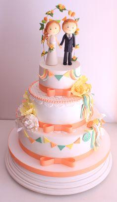 Cake de tres pisos, de vainilla con almendras caramelizadas. Relleno de trufa de chocolate negro con trozos de vauquita y chocolate blanco. Por Trátame Dulcemente