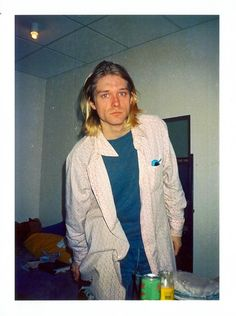 Kurt Cobain in Toulon 12 February 1994 Banda Nirvana, Kurt And Courtney, Donald Cobain, Nirvana Kurt Cobain, Kurt Cobain Style, Dave Grohl, Foo Fighters, Music Icon, Most Beautiful Man