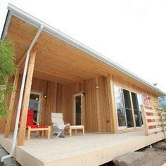 身の丈の平屋住宅「COVACO」の紹介ページです。震災復興の為に生まれた平屋住宅を、一般向けに規格住宅化しました。ログハウスや別荘の様なお洒落なデザインと、山小屋の様な高級で重厚なデザインが特徴です。シニアから若者まで、今流行の平屋です。 Small Tiny House, Japanese Modern, Construction Design, Sustainable Living, Log Homes, My Dream Home, House Plans, Shed, Home And Garden