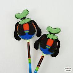 Ponteira de lápis ou caneta decorada com o Pateta feito em feltro bordado à mão. Quantidade mínima 10 unidades. Produto 100% artesanal.