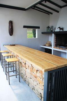espace bar au coin du feu de cheminée-barbecue avec pierres apparentes et plateau en bois