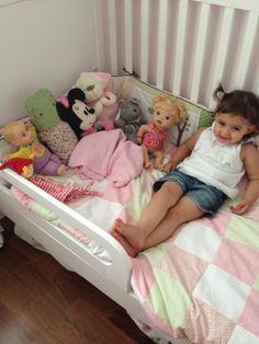 ana clara fazendo pose com seu baby tijolinho amarelo na sua cama