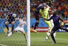 CONFUSION. Stefan de Vrij convierte un gol de cabeza durante el partido en que Holanda ganó 5-1 a España en Salvador de Bahía, Brasil. (EFE)