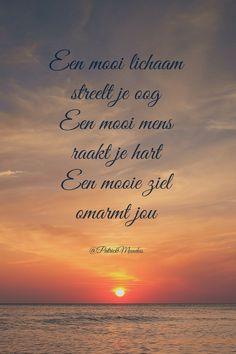 Een mooi lichaam streelt je oog. Een mooi mens raakt je hart. Een mooie ziel omarmt jou...