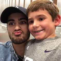 "zaytanmaliks: "" @Go4Valentine: Bumping into @zaynmalik-LAX pretty cool. A true gent! #ItsGoodToBeColin How you start a vacation! #OneDirection #1D """