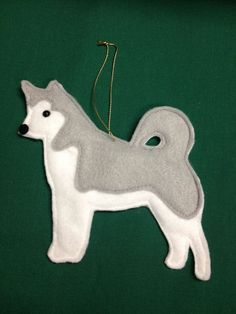 Risultati immagini per felt dog ornaments Felt Crafts Diy, Dog Crafts, Felt Stocking, Wool Quilts, Felt Christmas Decorations, Felt Dogs, Dog Ornaments, Animal Projects, Handmade Felt