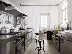 Working the industrial chic kitchen look - Daily Dream Decor Industrial Chic Kitchen, Industrial House, Industrial Apartment, Urban Industrial, Industrial Furniture, Industrial Style, French Industrial, Industrial Bookshelf, Industrial Restaurant