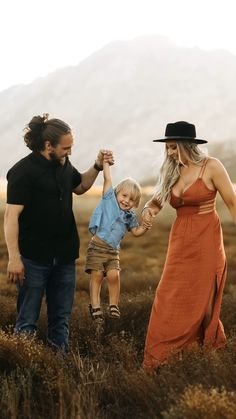 Fall Family Photo Outfits, Fall Family Pictures, Family Pics, Family Goals, Candid Photography, Photography Editing, Photography Ideas, Portrait Photography, Fall Maternity Photos