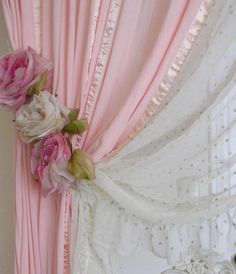 Franzidor de cortina de rosas de tecido.