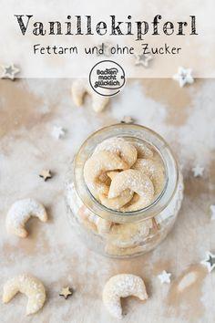 Leckere kalorienarme Variante der klassischen Vanillekipferl mit Vanillejoghurt und Halbfettbutter. Die fettarmen Vanillekipferl kommen ohne Nüsse aus, das Rezept für die gesunden Vanillekipferl funktioniert auch zuckerfrei und ohne Ei.  #vanillekipferl #kalorienarm #fettarm #zuckerfrei #backenmachtgluecklich Mini Cakes, Christmas Cookies, Cake Recipes, Sweet Tooth, Goodies, Sweets, Snacks, Baking, Desserts