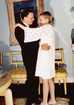 Vintage Wedding - Frank Sinatra married actress Mia Farrow in July 1966 Mia Farrow, Second Wedding Dresses, Celebrity Wedding Dresses, Celebrity Weddings, Ava Gardner, Classic Hollywood, Old Hollywood, Hollywood Regency, Franck Sinatra