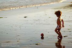NIÑO Y SU REFLEJO CON PELOTA.  Realizamos BOOKS FOTOGRÁFICOS INFANTILES para tu hij@.  Solicita presupuesto sin compromiso.  fotoalavista@alavistacreatividad.com