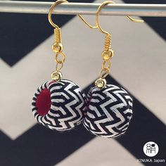 zigzag white & black unusual handmade earrings by kinukaJapan