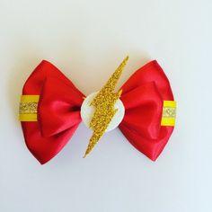 Artículos similares a Flash hair bow en Etsy Rainbow Loom Charms, Rainbow Loom Bracelets, Flash Costume For Girls, Tie Headband, Headbands, Broches Disney, Disney Bows, Ribbon Sculpture, Boutique Hair Bows