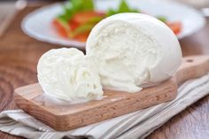 This mozzarella recipe can really be made in 30 minutes. If you've never tasted fresh, homemade mozzarella, you're going to love, love, love this article. It seems intimidating a… Buffalo Mozzarella, Fresh Mozzarella, Make Mozzarella Cheese, How To Make Cheese, Food To Make, Cheese Recipes, Cooking Recipes, Queso Frito, Queso Fundido
