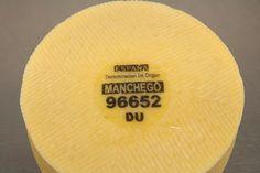 Asegúrate que el Queso Manchego posee una placa con un numero en la base del queso. Solo si es un verdadero Queso Manchego la tendrá.