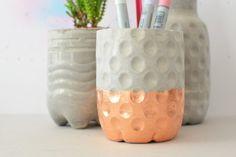 Nicht traurig sein, wenn es am Wochenende regnet! Dann kann man den Nachmittag nämlich hervorragend dafür nutzen, sich ein paar dekorative und praktische Vasen und Stiftehalter aus Beton zu bauen. Dafür benötigt man lediglich ein paar Plastikflaschen, Blitz-Zement – und … weiterlesen