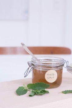 Sommerfrisk myntesirup opskrift Pesto, Mojito, Food Styling, Deserts, Herbs, Sweets, Restaurant, Drinks, Recipes