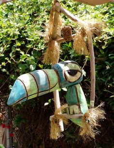 Tiki Room Bird blue-green-bird Tiki tOny One of my favorite (Tiki Room) toucan Birds (blue-green-bir Carillons Diy, Tiki Art, Tiki Tiki, Tiki Bar Decor, Tiki Totem, Tiki Lounge, Tropical Backyard, Wood Carving, Blue Green
