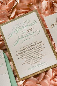 Glittery gold wedding invitation with mint details - so elegant #blacktie #formal #gold #goldwedding #weddinginvitations