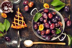 Nincs is annál jobb, amikor a kezünkbe veszünk egy jó meleg szilvás pitét és egy jó forró teát egy hideg őszi estén. Na és ki ne szeretné mellé, hogy még a fahéj illata is belengje a lakást? A fahéj és a szilva együtt olyan nyerő párost alkotnak, amit mindenkinek ki kell próbálnia, aki eddig még… Naan, Preserves, Pickles, Waffles, Cherry, Sweets, Fruit, Breakfast, Food