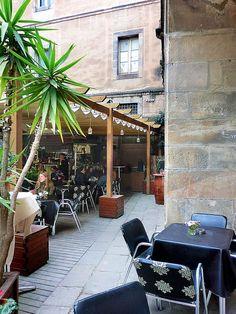 God mat och underbar miljö på El Jardi i Barcelona. God Mat, Barcelona, Table Decorations, Furniture, Home Decor, Decoration Home, Room Decor, Barcelona Spain, Home Furnishings
