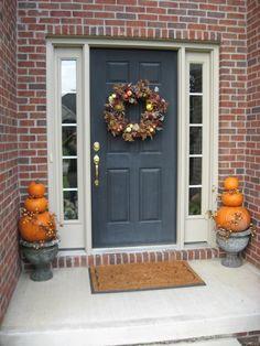 Ghostly Halloween decoration ideas pumpkins wreath door