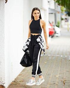 Lala Noleto, top cropped preto, calça jogging preta com listra, tênis metalizado, Moda fitness, roupas para malhar, esportivo, sporty