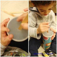 Encaixe de palito de sorvete na lata de batata.