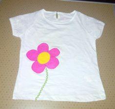 Blusa com aplique em feltro. Flor