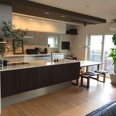 女性で、4LDKのバーチカルブラインド/マーチソンヒューム/リクシルカップボード/ルイスポールセン…などについてのインテリア実例を紹介。「明日から雨か〜(*_*) 梅雨なのになかなか降らないから心配したけどいざ降るとなるとやっぱり嫌だな〜 」(この写真は 2017-06-19 20:05:20 に共有されました) Modern Kitchen Cabinets, Kitchen Dinning, Kitchen Interior, Kitchen Design, Luxury Kitchens, Home Kitchens, Small U Shaped Kitchens, Japanese Kitchen, House Layouts