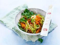 Mifu kiinankaali-nuudeliwokki | Valio Garam Masala, Thai Red Curry, Ethnic Recipes, Food, Hoods, Meals