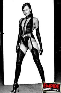 ESPECTRO DE SEDA: Sally Juspeczyk (que cambiaría su apellido por Jupiter para evitar que se conociese sus raíces polacas) era una ex camarera y bailarina de burlesque antes de convertirse en una luchadora contra el crimen por consejo de su agente, y futuro esposo