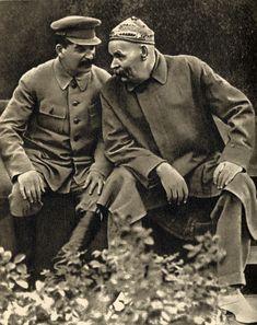 """Joseph Stalin and Maxim Gorky, 1931: photo from Pravda, 1940 (image by EugeneZelenko, 1935) Gorky trouva , à la suite de sa visite au goulag des îles Solovetski , que c'était là un excellent lieu """" de rééducation """"( 1929 .)"""