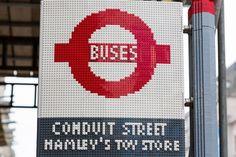 Un arrêt de bus entier en LEGO devant un magasin de jouets à Londres. Infos et images dans l'article.  http://www.journal-du-design.fr/urban-life/arret-bus-lego-devant-magasin-jouet-47309/