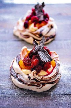A pavlova is a meringue-based dessert named after famous ballerina Anna Pavlova. This recipe for mini cranberry, orange & chocolate pavlovas combines fruity flavors w/ chocolate tones. Just Desserts, Delicious Desserts, Yummy Food, Summer Desserts, Jewish Desserts, Fancy Desserts, Lemon Desserts, Frozen Desserts, Chocolate Pavlova