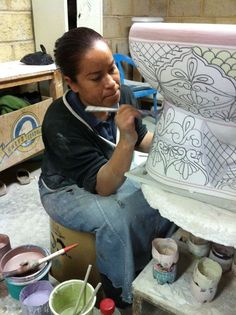 Artist Painting a Mexican Talavera Toilet Mexican Folk Art, Mexican Style, Painted Pots, Hand Painted, Mexican Ceramics, Talavera Pottery, Tile Art, Shape Design, Oeuvre D'art