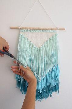 modele original d'attrape reve, un triangle en toile, franges de lin bleu, idée géniale pour fabriquer un attrape rêve