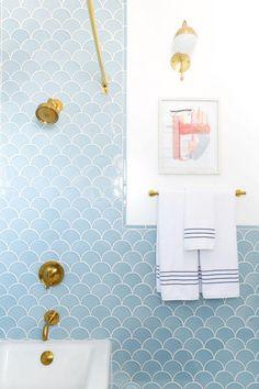 déco salle de bain bleu modele robinetterie murale or couleur tendance