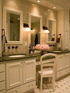 J'aime cette coiffeuse pour ma salle de bain parce que c'est grande avec beaucoup des miroirs et c'est blanc avec les jolies fleurs roses.