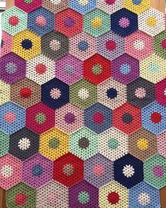 """Dantelif on Instagram: """"Yoğun ama bir o kadar keyifli bir hafta sonunu bitirdik, kızlarımı yolcu ettim😔yeni ve güzel bir haftaya yarım kalan yatak örtümle…"""" Crochet Cardigan, Knit Crochet, Manta Crochet, Crochet Squares, Crochet Braids, Baby Knitting Patterns, Lana, Free Pattern, Diy And Crafts"""