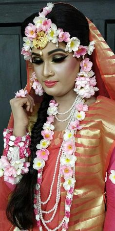 Flower Jewellery For Mehndi, Flower Jewelry, Indian Wedding Outfits, Floral Necklace, Bridal Flowers, Indian Bridal, Saree Blouse, Wedding Jewelry, Brides