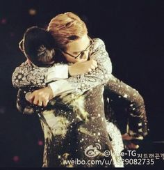 TOP AND GD Love This Hug! haha top is like i love you man and gd is like uh bye!