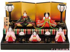 【楽天市場】昭峰作 陶器製 雛人形五人揃い 平安雛二段飾り 台・屏風・木札・雪洞(ぼんぼり)・鏡餅(かがみもち)付きです。 〈ひな人形 お雛様 おひな様 お雛さま お雛飾り おひな飾り お内裏様 お殿様とお姫様と三人官女 雛祭り 桃の節句 お節句 平安雅雛二段〉:人形の鈴勝