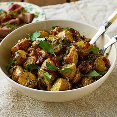 Den här rostade potatissalladen kan vara den bästa någonsin! Först och främst händer det något magiskt med potatis som rostas i ugn. Att sedan blanda detta med senapsfrön, vinäger, majonnäs, knaprig bacon, tomater, rödlök och persilja – ja, det blir succé!