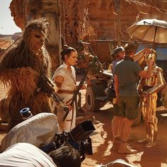 Rey (Daisy Ridley), Chewbacca ( (Anthony Daniels), and Finn ( prepare for a scene in Jordan's Wadi Rum desert. Get your first look at exclusive images shot by Annie Leibovitz in special issue. Head to our IG Story for more details! Chewbacca, Dark Maul, Jennifer Lee, Star Wars Love, Mark Hamill, Starwars, Annie Leibovitz, Kristen Bell, Obi Wan