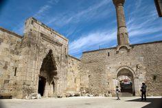İslam sanatında ender görülen 'Kemerli Minare' yapısıyla Hızırbey Camii (14.yy başları) oluyor. İşçilik, duruş, detaylar hala insanı şaşırtıyor ve hayacanlandırıyor. Birçok camiide alışılagelmiş olan minare yapısı, burada bir kemer üzerine inşa edilerek oldukça zarif bir görüntü yakalanmış. Çok fazla örneği de olmayan bu mimari çok etkileyici gözüküyor.