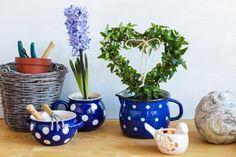 Vyzkoušejte tak trochu jiné srdce. Tohle vám bude dělat radost a připomene, že se jaro blíží. Vysaďte si ho třeba do našich puntíkatých krajáčů s modrobílými puntíky. Houseplants, Home Goods, Planter Pots, Invitations, Cool Stuff, Blog, Decor, Garden, Decoration