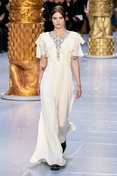 Chloé Fall 2020 Ready-to-Wear Collection - Vogue Fashion Mode, High End Fashion, Fashion 2020, Look Fashion, Runway Fashion, Fashion Design, Fall Fashion, Chloe, What Is Femininity